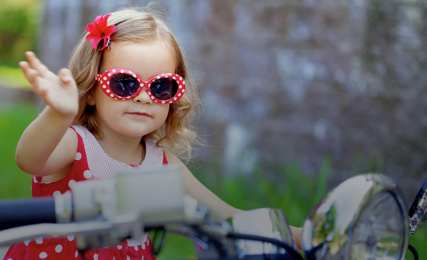 ילדה עם משקפיים בצד שמאל